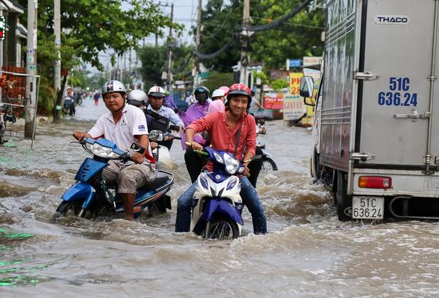 """Gần 3km đường biến thành sông vì triều cường, ô tô """"quật"""" trẻ em té ngã giữa dòng nước ở Sài Gòn - Ảnh 11."""