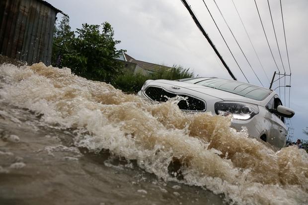 """Gần 3km đường biến thành sông vì triều cường, ô tô """"quật"""" trẻ em té ngã giữa dòng nước ở Sài Gòn - Ảnh 12."""