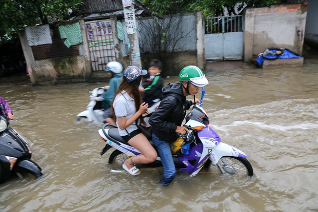 """Gần 3km đường biến thành sông vì triều cường, ô tô """"quật"""" trẻ em té ngã giữa dòng nước ở Sài Gòn - Ảnh 6."""