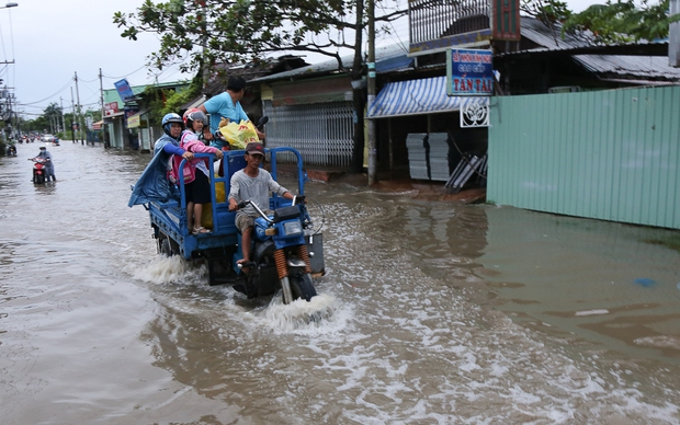 """Gần 3km đường biến thành sông vì triều cường, ô tô """"quật"""" trẻ em té ngã giữa dòng nước ở Sài Gòn - Ảnh 5."""