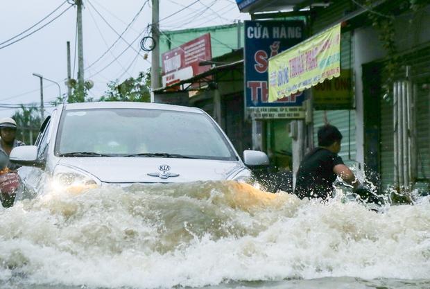 """Gần 3km đường biến thành sông vì triều cường, ô tô """"quật"""" trẻ em té ngã giữa dòng nước ở Sài Gòn - Ảnh 13."""