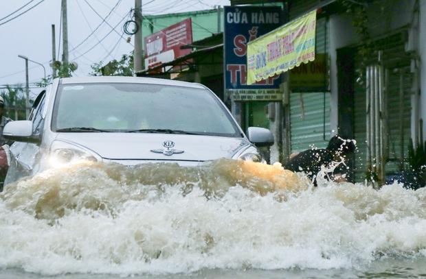 """Gần 3km đường biến thành sông vì triều cường, ô tô """"quật"""" trẻ em té ngã giữa dòng nước ở Sài Gòn - Ảnh 14."""