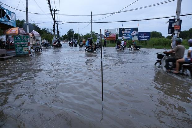"""Gần 3km đường biến thành sông vì triều cường, ô tô """"quật"""" trẻ em té ngã giữa dòng nước ở Sài Gòn - Ảnh 4."""