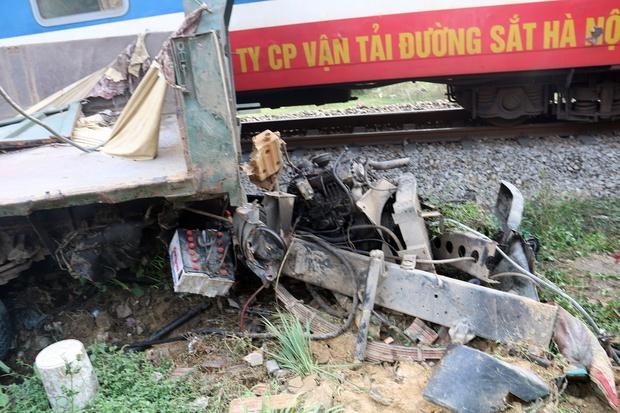 Xe tải nát bét sau khi bị tàu lửa kéo lê hơn 100 mét ở Quảng Nam - Ảnh 2.