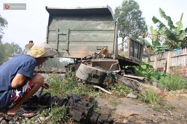 Xe tải nát bét sau khi bị tàu lửa kéo lê hơn 100 mét ở Quảng Nam - Ảnh 4.