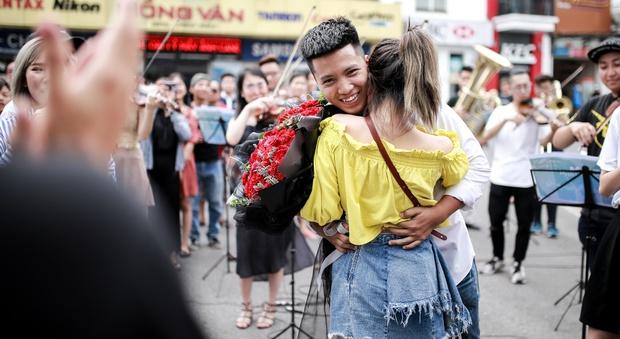 Sau 6 năm yêu nhau, chàng trai cầu hôn bạn gái ở phố đi bộ cùng sự giúp sức của hơn 70 nghệ sĩ khiến ai cũng xúc động! - Ảnh 12.