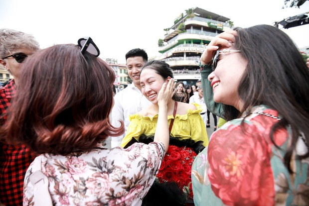 Sau 6 năm yêu nhau, chàng trai cầu hôn bạn gái ở phố đi bộ cùng sự giúp sức của hơn 70 nghệ sĩ khiến ai cũng xúc động! - Ảnh 18.