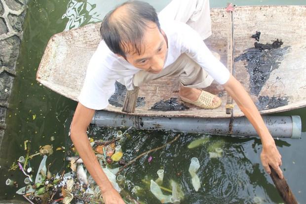 Hà Nội: Bao cao su nổi trắng một góc hồ Tây, người dân trèo thuyền ra vớt - Ảnh 4.