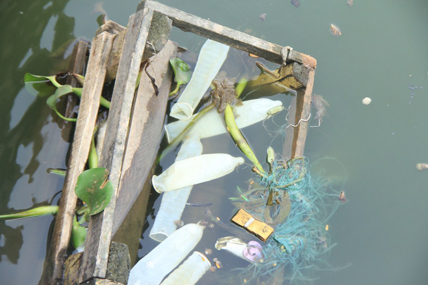 Hà Nội: Bao cao su nổi trắng một góc hồ Tây, người dân trèo thuyền ra vớt - Ảnh 5.