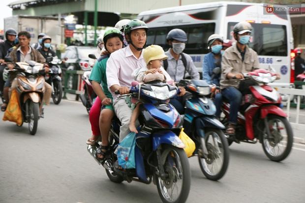 Kết thúc 4 ngày nghỉ lễ, người dân lỉnh kỉnh đồ đạc quay lại Hà Nội và Sài Gòn - Ảnh 21.