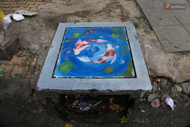 Nhìn những bức tranh trên nắp cống ở Sài Gòn đẹp như thế này, không ai nỡ xả rác nữa! - Ảnh 14.