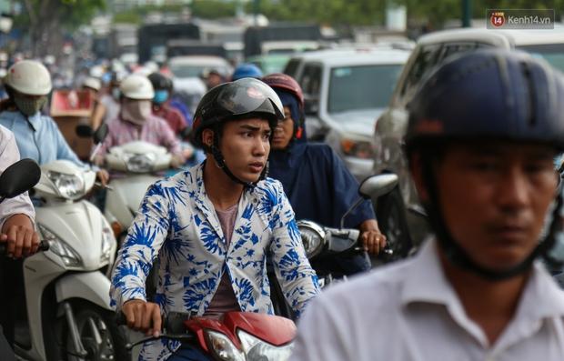 Kẹt xe kéo dài hơn 2km trên đại lộ Phạm Văn Đồng sau cơn mưa lớn ở Sài Gòn - Ảnh 10.