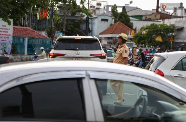 Kẹt xe kéo dài hơn 2km trên đại lộ Phạm Văn Đồng sau cơn mưa lớn ở Sài Gòn - Ảnh 15.