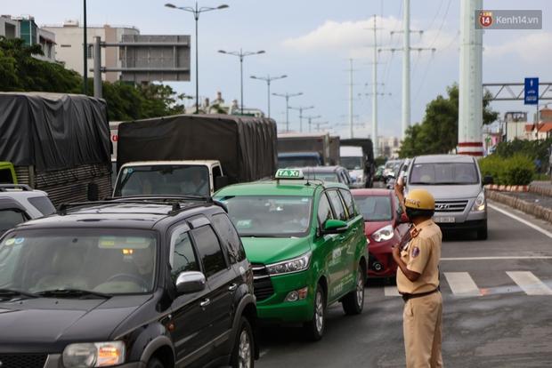 Kẹt xe kéo dài hơn 2km trên đại lộ Phạm Văn Đồng sau cơn mưa lớn ở Sài Gòn - Ảnh 13.