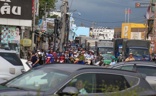 Kẹt xe kéo dài hơn 2km trên đại lộ Phạm Văn Đồng sau cơn mưa lớn ở Sài Gòn - Ảnh 14.