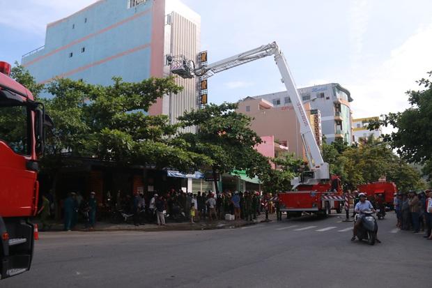 Cháy lớn tại quán Karaoke ở Đà Nẵng, hàng trăm cảnh sát tham gia dập lửa - Ảnh 4.