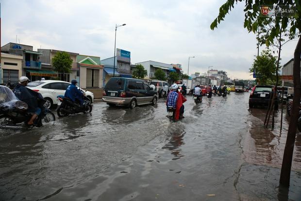 Thời tiết Sài Gòn mưa lớn, nhiều nhà dân trên đại lộ Phạm Văn Đồng ngập úng- Ảnh 3.