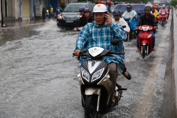 Sài Gòn mưa lớn, nhà dân biến thành hầm chứa nước trên đại lộ Phạm Văn Đồng - Ảnh 12.
