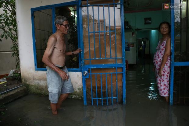 Thời tiết Sài Gòn mưa lớn, nhiều nhà dân trên đại lộ Phạm Văn Đồng ngập úng - Ảnh 8.