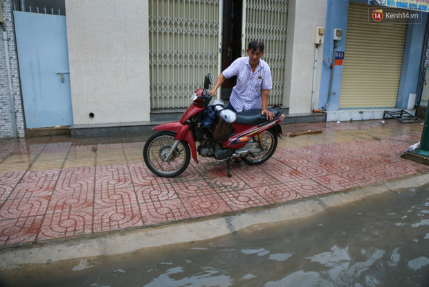 Thời tiết Sài Gòn mưa lớn, nhiều nhà dân trên đại lộ Phạm Văn Đồng ngập úng- Ảnh 11.