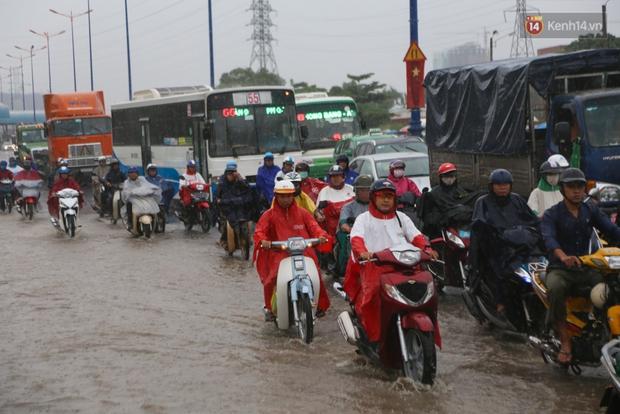 Mưa lớn gây ngập nặng trên Xa Lộ Hà Nội, giao thông ùn ứ nghiêm trọng - Ảnh 12.