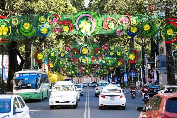 Đèn trang trí Tết trên đường Phạm Ngọc Thạch được chỉnh sửa sau khi người dân chê xấu - Ảnh 3.