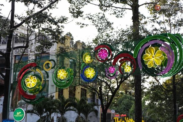 Đèn trang trí Tết trên đường Phạm Ngọc Thạch được chỉnh sửa sau khi người dân chê xấu - Ảnh 6.