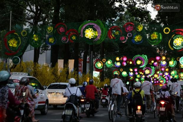 Đèn trang trí Tết trên đường Phạm Ngọc Thạch được chỉnh sửa sau khi người dân chê xấu - Ảnh 11.