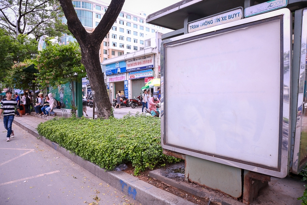 Hàng loạt trạm thông tin điện tử hiện đại ở Sài Gòn bị hư hỏng, nhếch nhác và bốc mùi kinh khủng - Ảnh 2.