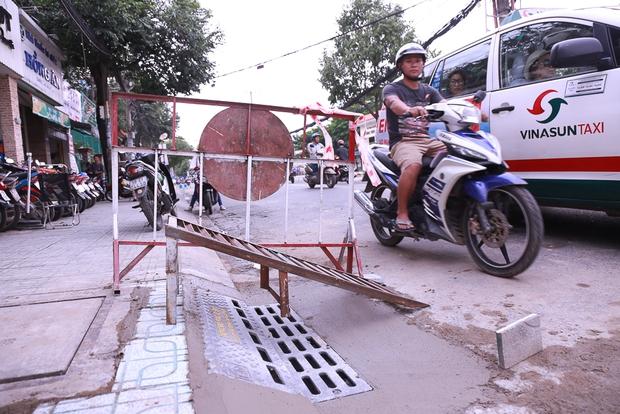 Hàng trăm hố ga thông minh được lắp đặt để ngăn mùi hôi, chặn rác chống ngập trên phố Sài Gòn - Ảnh 4.