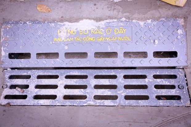 Hàng trăm hố ga thông minh được lắp đặt để ngăn mùi hôi, chặn rác chống ngập trên phố Sài Gòn - Ảnh 1.
