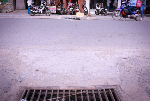 Hàng trăm hố ga thông minh được lắp đặt để ngăn mùi hôi, chặn rác chống ngập trên phố Sài Gòn - Ảnh 8.