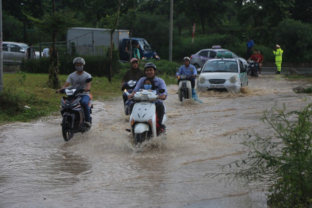 Chùm ảnh: Ngày Hà Nội ngập nặng sau mưa lớn, nghề giải cứu người và xe lại lên ngôi - Ảnh 2.