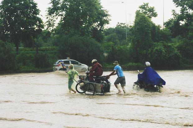 Chùm ảnh: Ngày Hà Nội ngập nặng sau mưa lớn, nghề giải cứu người và xe lại lên ngôi - Ảnh 7.