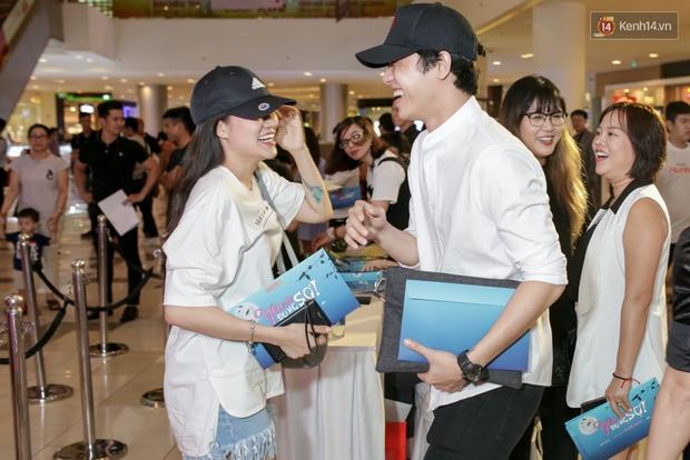 Mặc trời mưa, Hiền Sến và Lý Phương Châu vẫn vui vẻ dắt nhau đi xem phim của Ngô Kiến Huy - Ảnh 1.