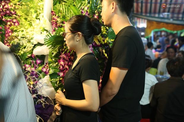 Nghệ sĩ Cát Phượng, vợ chồng Ốc Thanh Vân,... tới viếng danh hài Khánh Nam trong ngày thứ 2 tổ chức tang lễ - Ảnh 2.