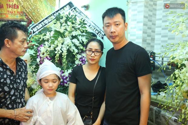 Nghệ sĩ Cát Phượng, vợ chồng Ốc Thanh Vân,... tới viếng danh hài Khánh Nam trong ngày thứ 2 tổ chức tang lễ - Ảnh 1.