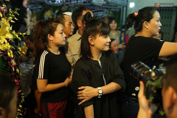 Nghệ sĩ Cát Phượng, vợ chồng Ốc Thanh Vân,... tới viếng danh hài Khánh Nam trong ngày thứ 2 tổ chức tang lễ - Ảnh 3.
