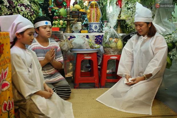 Nghệ sĩ Cát Phượng, vợ chồng Ốc Thanh Vân,... tới viếng danh hài Khánh Nam trong ngày thứ 2 tổ chức tang lễ - Ảnh 11.