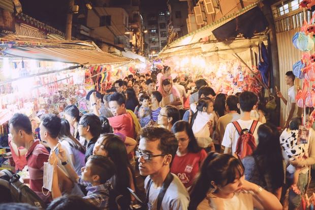 Phố lồng đèn ở Sài Gòn bắt đầu nhộn nhịp, nhiều điểm giữ xe tự phát chặt chém giá 40.000 đồng/lượt - Ảnh 1.