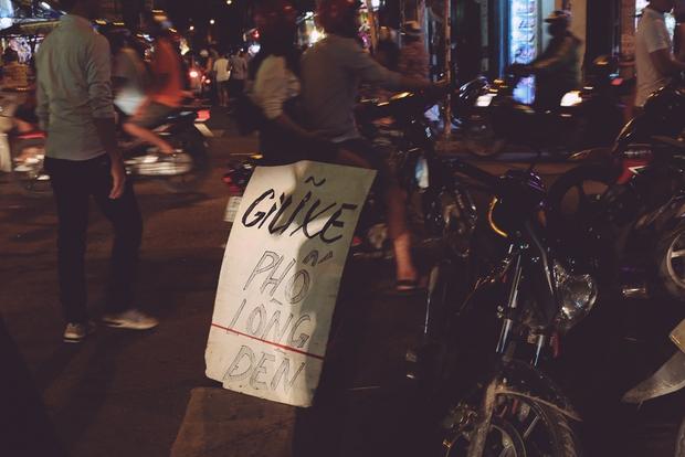 Phố lồng đèn ở Sài Gòn bắt đầu nhộn nhịp, nhiều điểm giữ xe tự phát chặt chém giá 40.000 đồng/lượt - Ảnh 6.