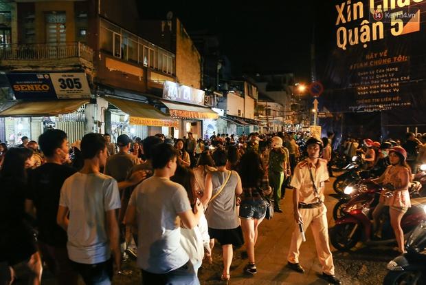 Chùm ảnh: Cảnh tượng đông đúc đến nghẹt thở tại Hà Nội và Sài Gòn trước thềm Trung thu - Ảnh 13.