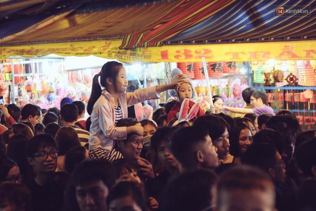 Chùm ảnh: Cảnh tượng đông đúc đến nghẹt thở tại Hà Nội và Sài Gòn trước thềm Trung thu - Ảnh 17.