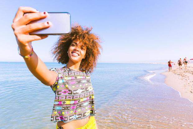 Vì sao phái yếu thích chụp ảnh selfie từ trên xuống, còn phái mạnh thích chụp từ dưới lên? - Ảnh 1.