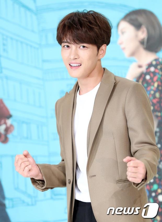 Jaejoong trở lại điển trai như hoàng tử, UEE diện váy rách hay cố tình? - Ảnh 7.