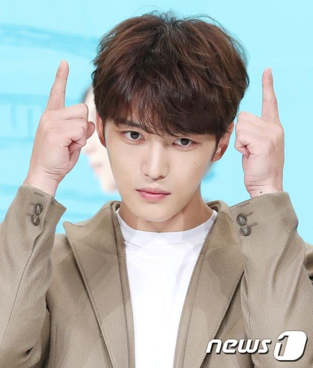 Jaejoong trở lại điển trai như hoàng tử, UEE diện váy rách hay cố tình? - Ảnh 8.