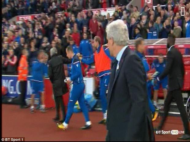 Vì sao Jose Mourinho từ chối bắt tay Mark Hughes? - Ảnh 3.