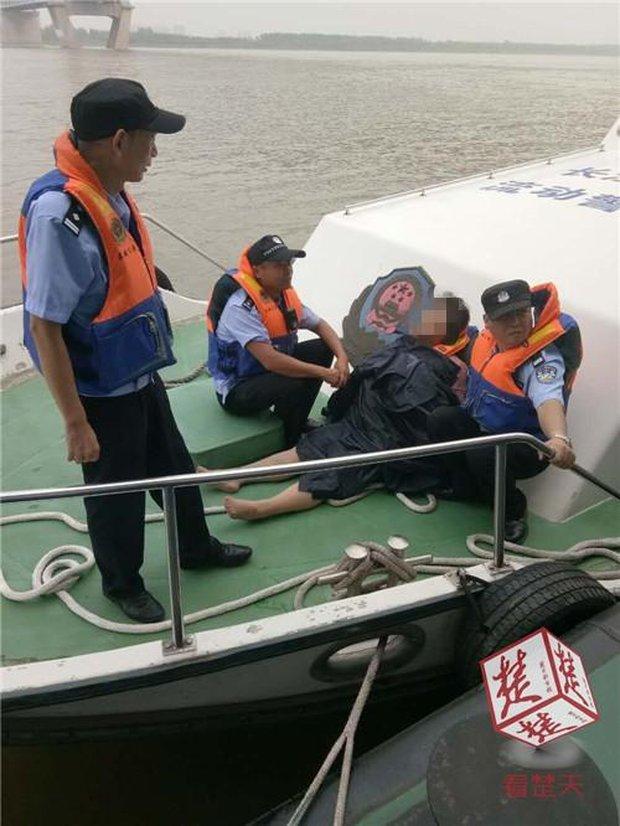 Vừa nhảy sông tự tử, cô gái liền hối hận và sống sót như kì tích nhờ nỗ lực cố nổi khi lênh đênh suốt 40km - Ảnh 2.