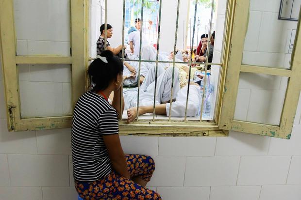 Bệnh nhân sốt xuất huyết nằm la liệt ở bệnh viện Bạch Mai - Ảnh 6.