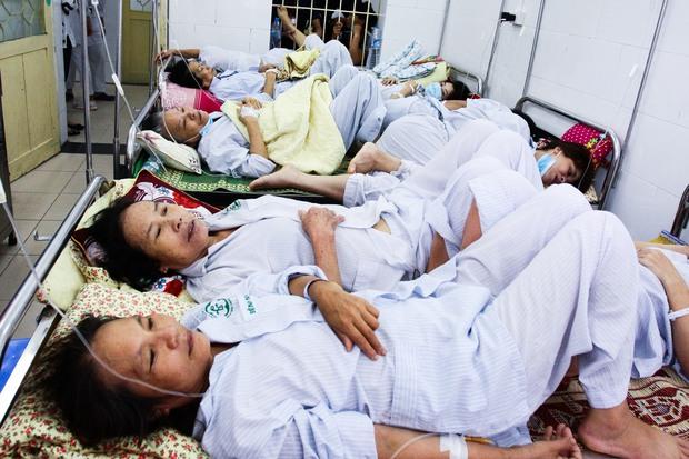 Bệnh nhân sốt xuất huyết nằm la liệt ở bệnh viện Bạch Mai - Ảnh 7.